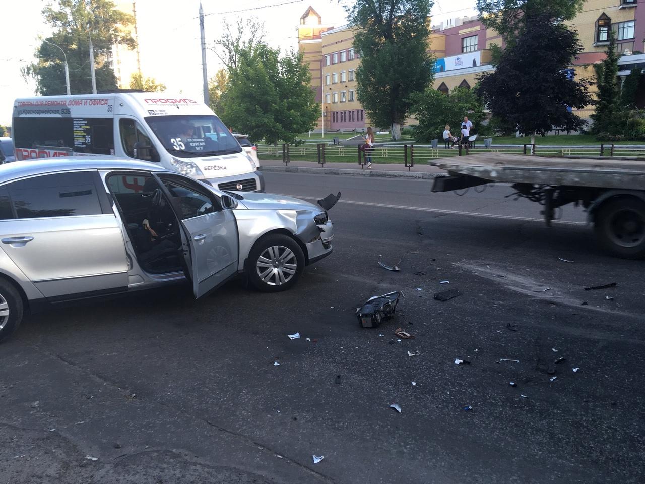 «Volkswagen» столкнулся сфургоном вБрянске наулице Бежицкой