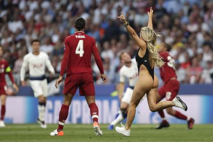 Полуголая фанатка прервала финал Лиги чемпионов