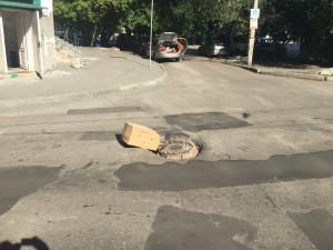 Матрасами и картонными коробками ремонтируют дороги челябинцы