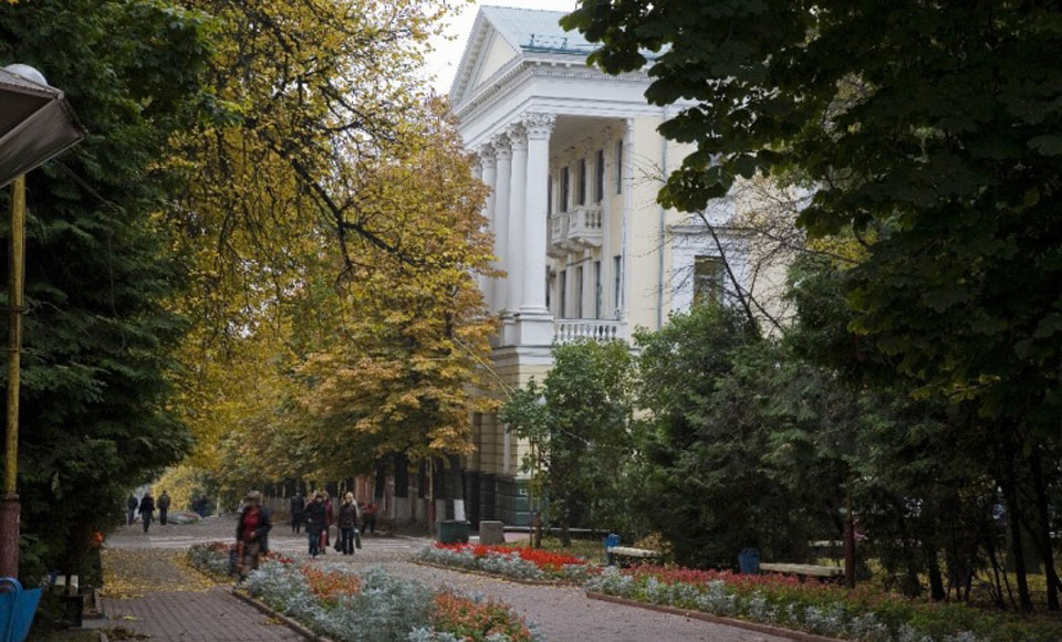 В Брянске хотят запретить парковку возле сквера Карла Маркса