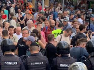 Тысячи людей собрались в центре Москвы