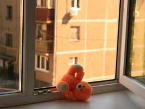В Челябинске с 10 этажа выпала школьница
