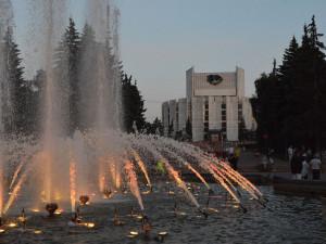 Фонтан «танцует» и сверкает огнями: у челябинцев появилось популярное место для вечерней прогулки