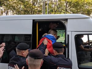 «Уважаемые полицейские, просьба разойтись». Акция протеста в Москве пока проходит относительно спокойно
