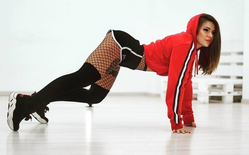 В полиции заинтересовались всем репертуаром эпатажной брянской танцовщицы