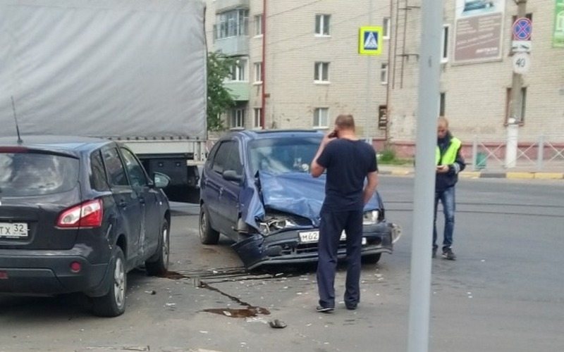 В Брянске на «Командоре» столкнулись машины