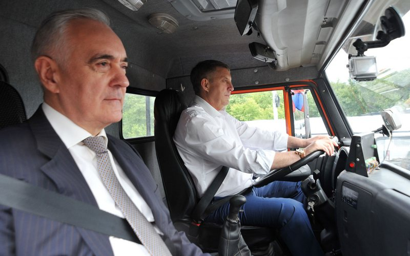 Брянский губернатор прокатил Зязикова на грузовике по Первомайскому мосту