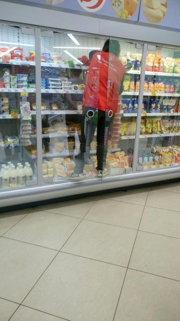 Залез в холодильник с ногами! Брянцы обсуждают манеры мерчендайзера