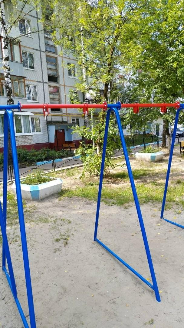 В Брянске вандалы украли у детей качели