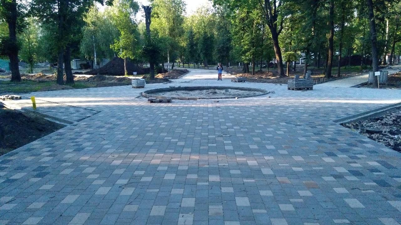 ВМайском парке Брянска укладывают плитку, угорожан уже есть вопросы
