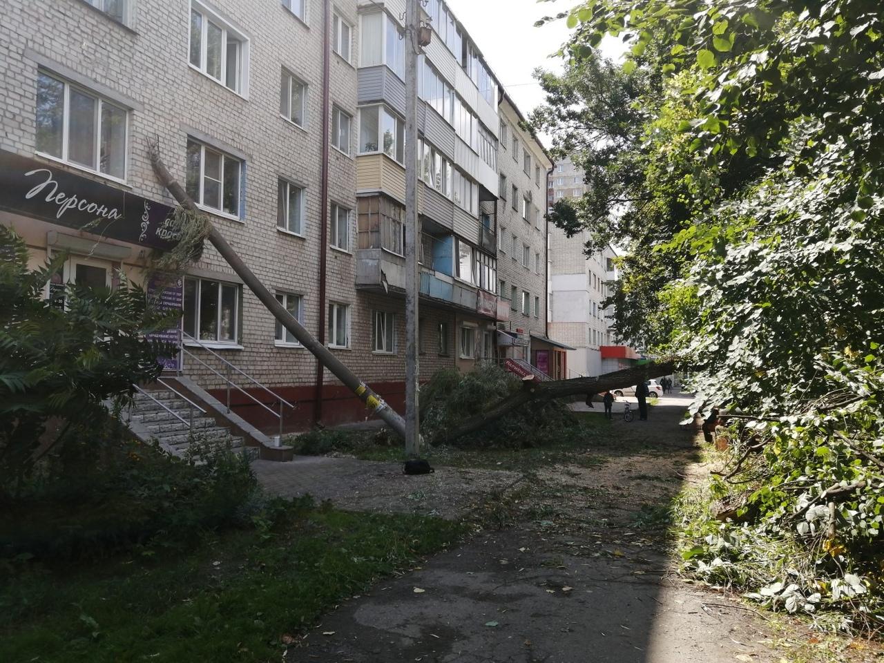 В Брянске на пятиэтажку упал столб