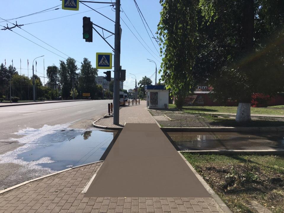 Даже в солнечный день брянские пешеходы вынуждены перешагивать лужи