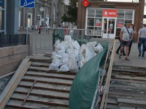 На месте подземного перехода в центре Челябинска смотрели кино