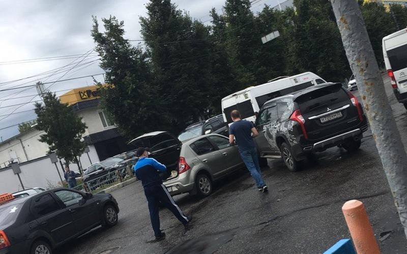 Возле автовокзала в Брянске две машины не поделили дорогу