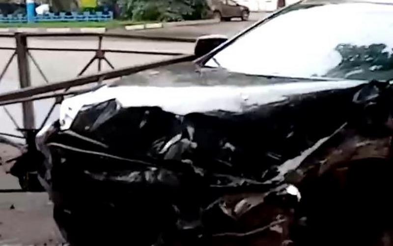В Брянске иномарка протаранил забор на Красноармейской