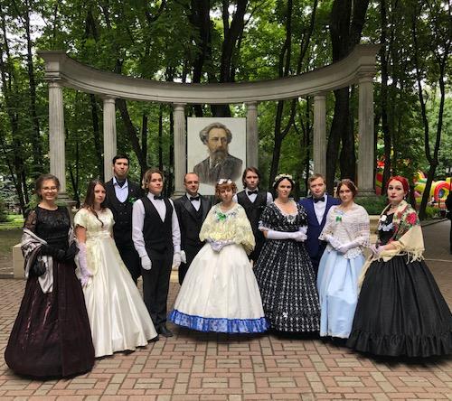 Толстовский бал собрал вБрянске дам, кавалеров ивосхищенных зрителей