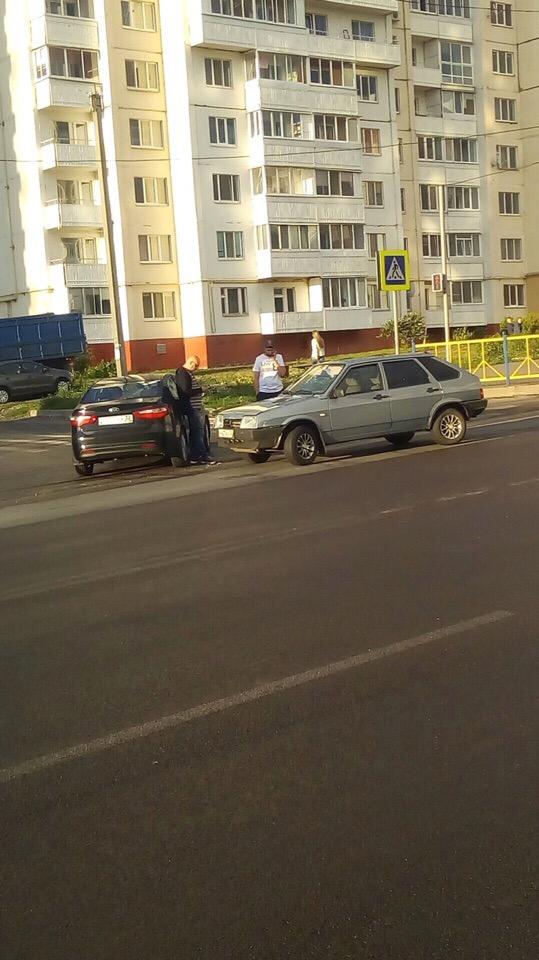 На Романа Брянского легковушки столкнулись у поворота на пешеходный переход