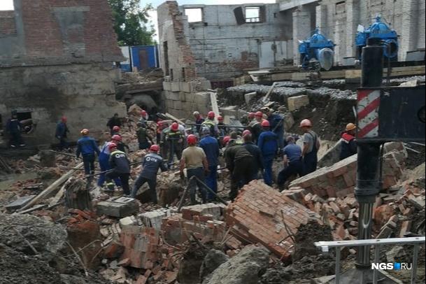 В Новосибирске рухнуло здание: двое погибших, под завалами 12 человек