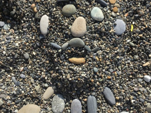 «Улыбки» из камешков оставил на берегу Черного моря челябинец