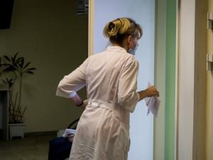 Массово увольняются из-за сокращения зарплат медсестры во Владимирской области