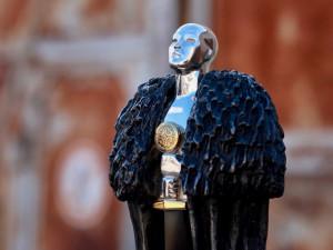 Якутские фанаты «Игры престолов» наградили Джорджа Мартина серебряной статуэткой