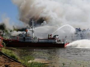 Пожар на теплоходе «Святая Русь» тушат 68 человек