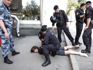 Полицейские сломали ногу москвичу правомерно? Такие решения следователей могут спровоцировать новые протесты