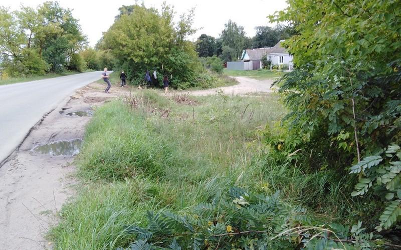 В Клинцах подростки заделали ямы по дороге к школе