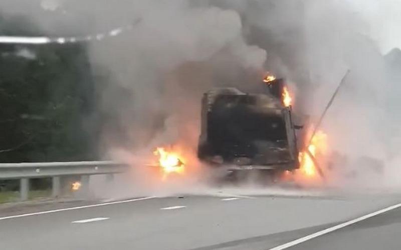 На трассе возле Белых Берегов загорелся грузовик