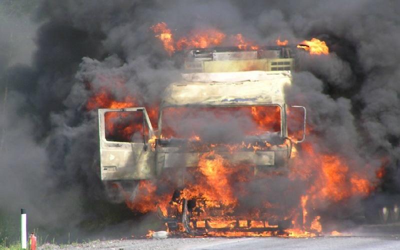 Ночью в Брянске горели легковушка и грузовик
