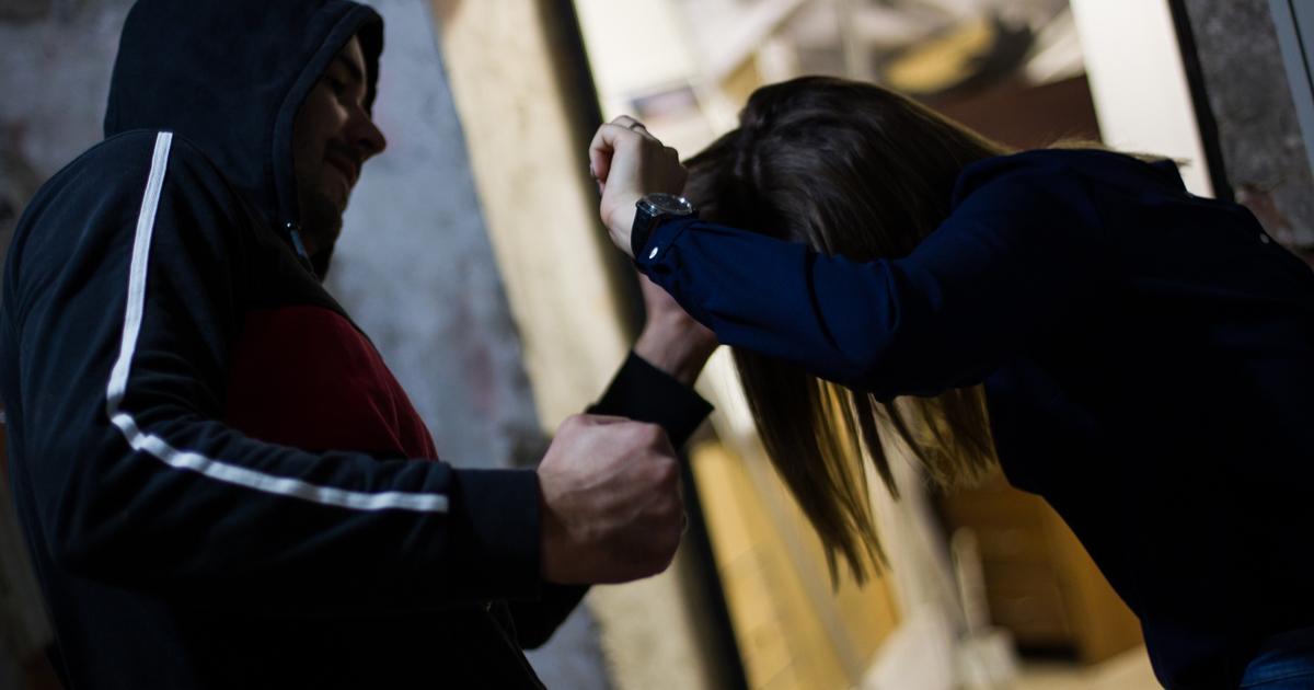 В Брянске 28-летняя девушка стала жертвой ночного грабителя