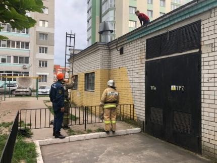 Брянские спасатели помогли подростку спуститься скрыши