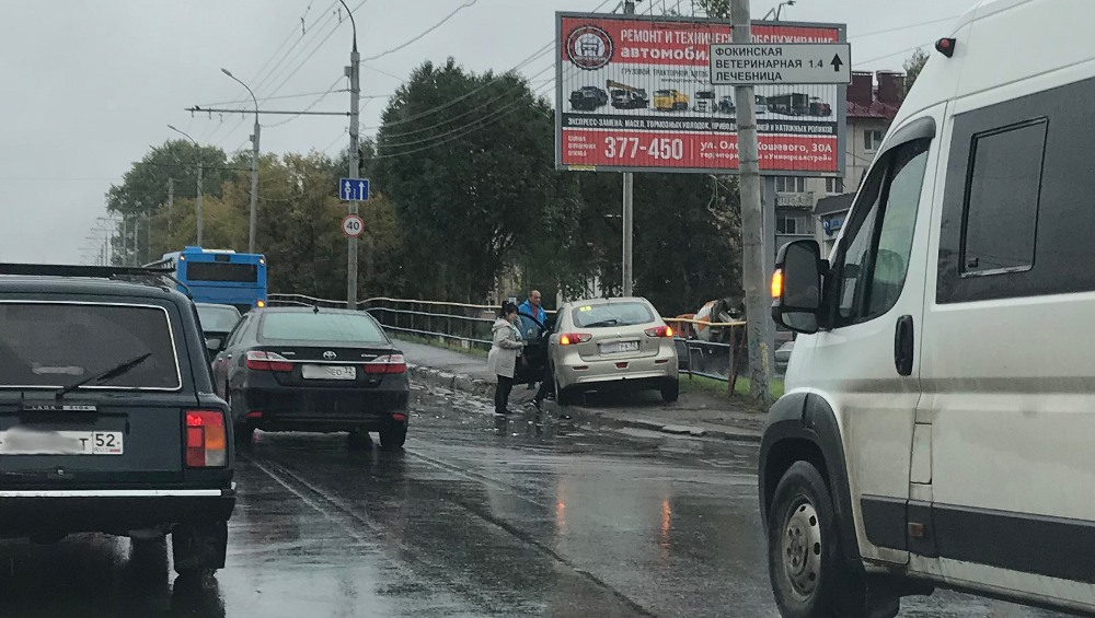 Иномарка в Брянске вылетела на тротуар