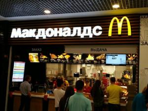 Голая и голодная. Обнаженную женщину заметили в кафе фастфуда Челябинска