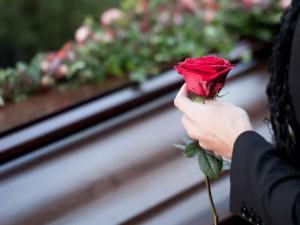 Тела умерших перепутали и похоронили мужчину под чужим именем