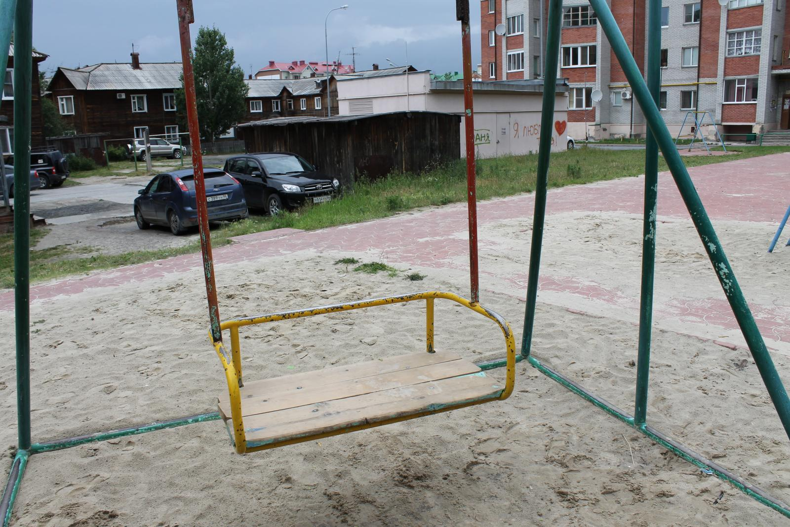 В Нижнем Новгороде упавшие качели сломали девочке позвоночник