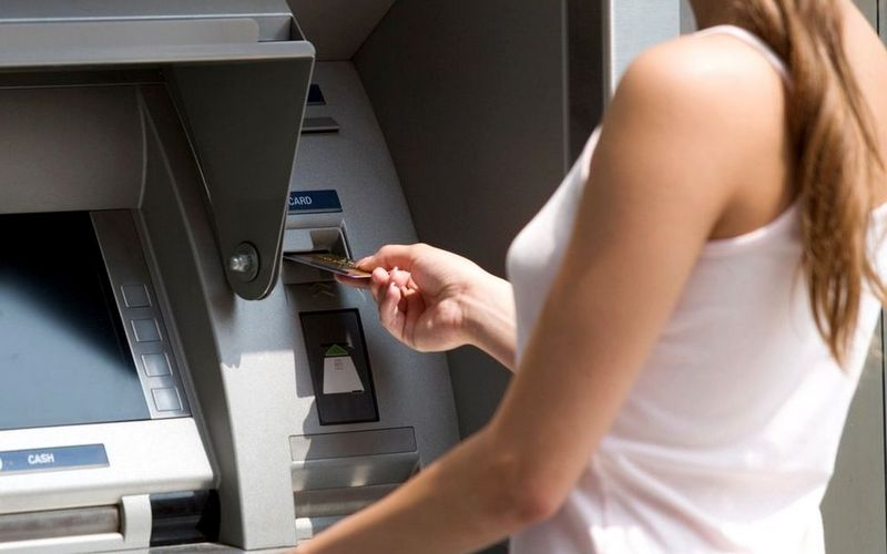 17-летнюю жительницу Брянска будут судить за кражу денег с карты