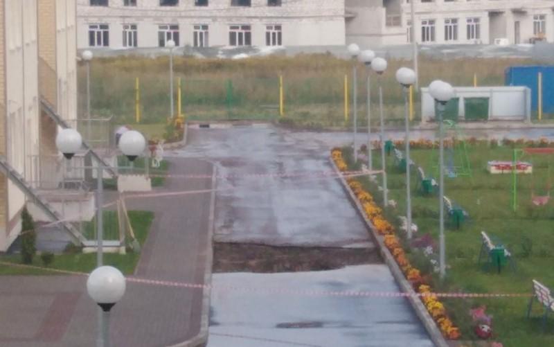 В Брянске возле нового садика в старом аэропорту разрушили дорогу