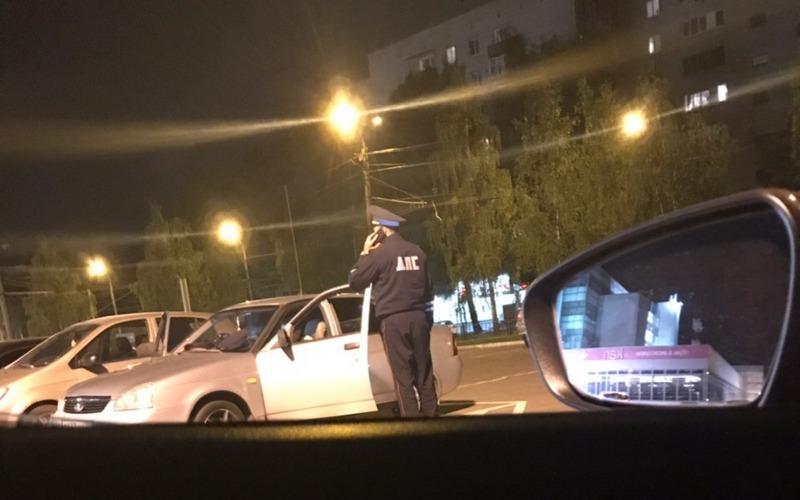 Возле ТРЦ «БУМ-сити» в Брянске устроили облаву на тонированные авто