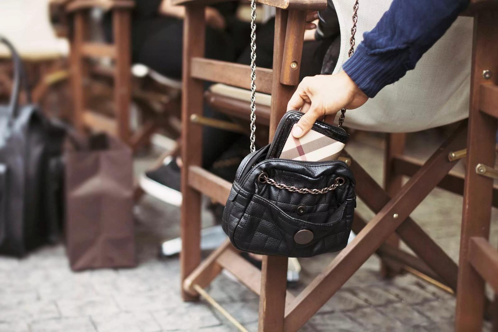 Жительница Брянска «прогуляла» сумку, деньги и мобильник в ночном кафе