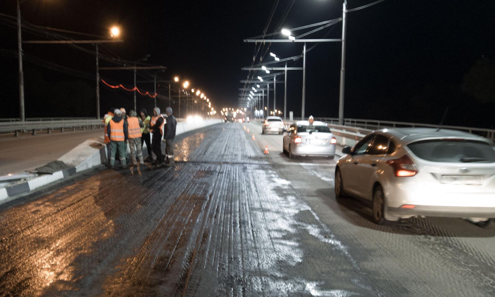 В Брянске на Первомайском мосту вновь начали укладывать асфальт