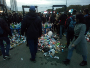 Кучи мусора в День города оставили челябинцы возле арены «Трактор»