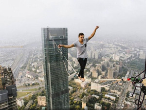 Молодой парень прошелся над Москвой на 350-метровой высоте