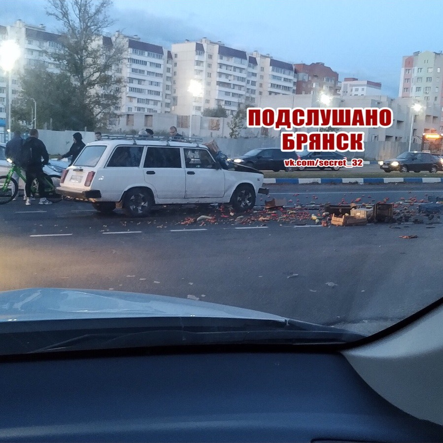 На выезде из Брянска легковушка с фруктами попала в ДТП
