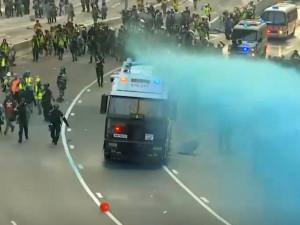 Водяными пушками разгоняют протестующих в Гонконге. Протестующие отвечают коктейлями Молотова