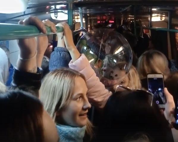 Веселые девушки устроили концерт в брянском троллейбусе
