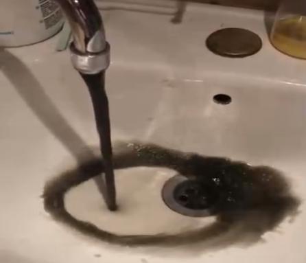 Черной водой предложили мыться и стирать жителям Брянска