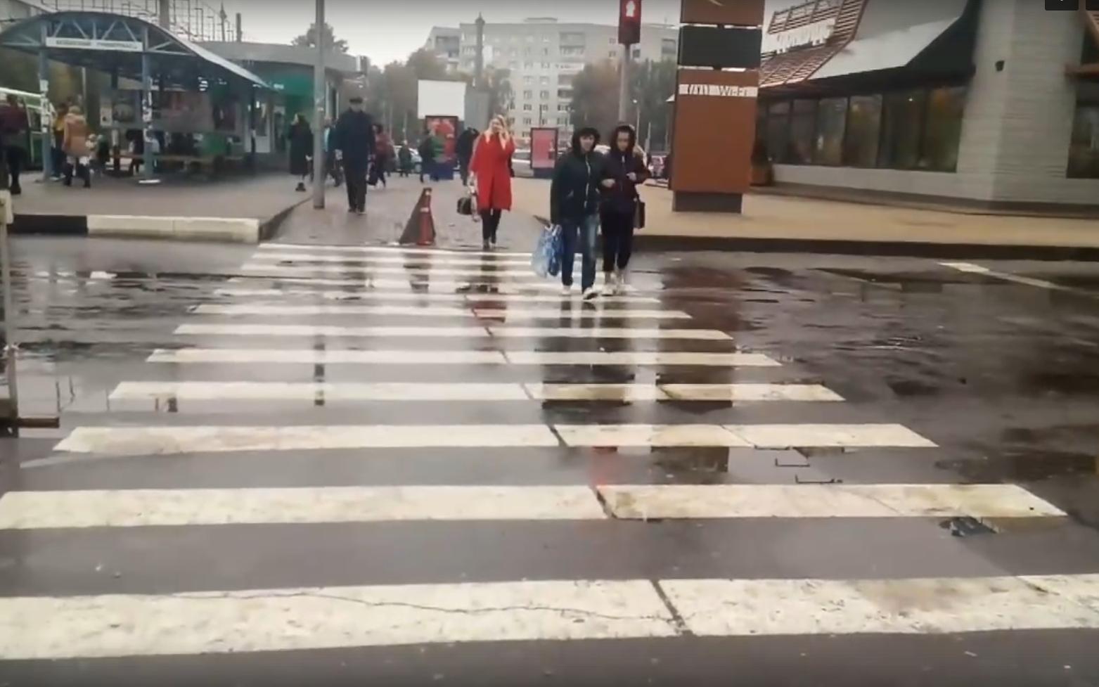 Возле БУМа в Брянске засняли пешеходов-камикадзе