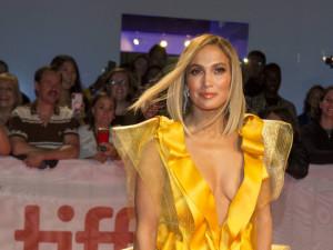 Дженнифер Лопес поплатилась за любовь к мехам на показе фильма «Стриптизерша»