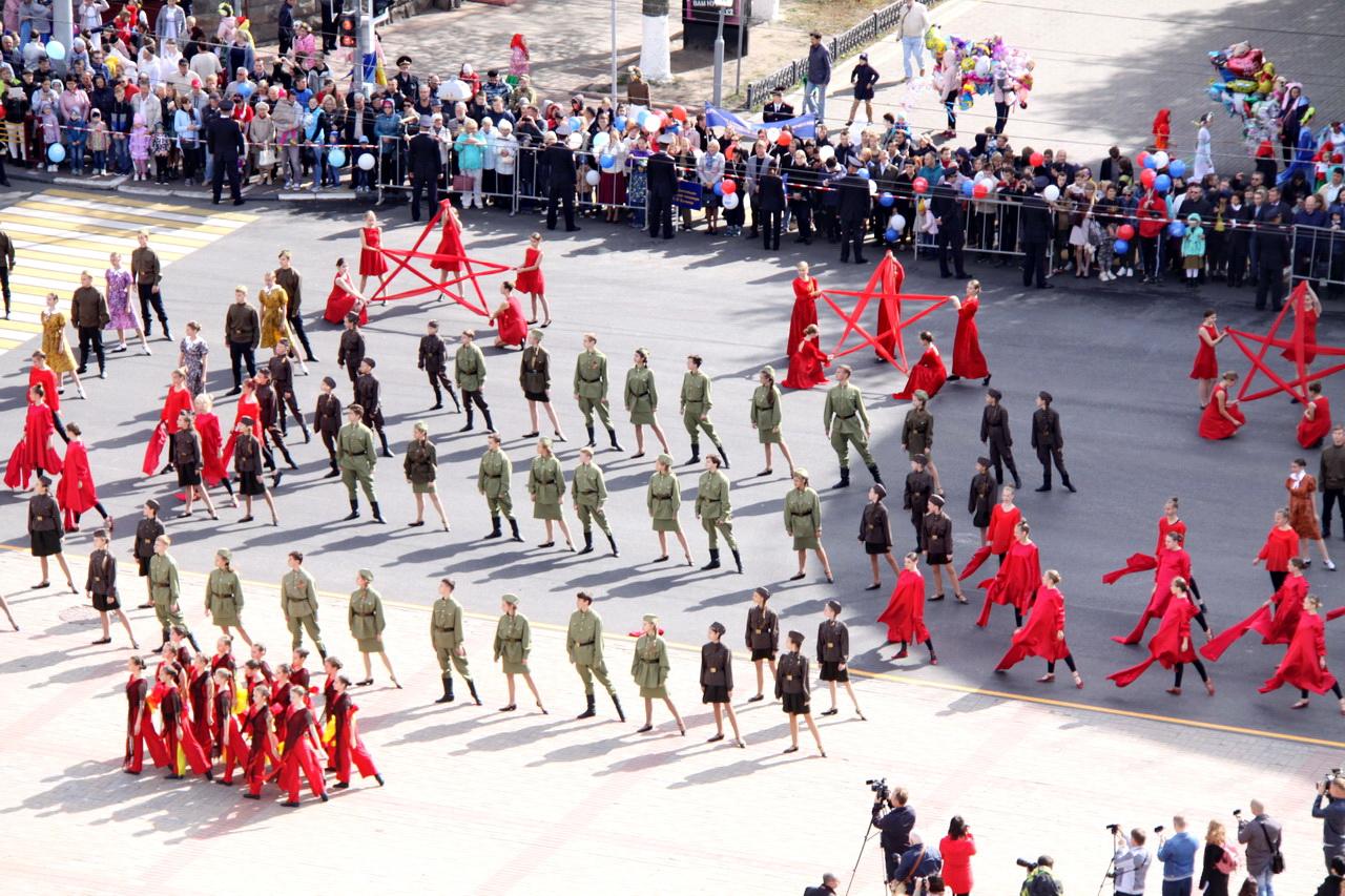 В Брянске праздничные колонны Парада Поколений собрали около 1500 человек